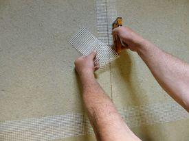 Armieren der Plattenstöße mit Putzgewebestreifen