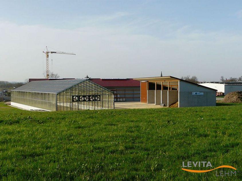 Levita Lehmputzwerk mit Trocknungshalle im Vordergrund